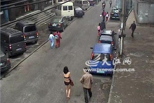 2月25日,南昌豫章后街,男子一直催促女子往前走。