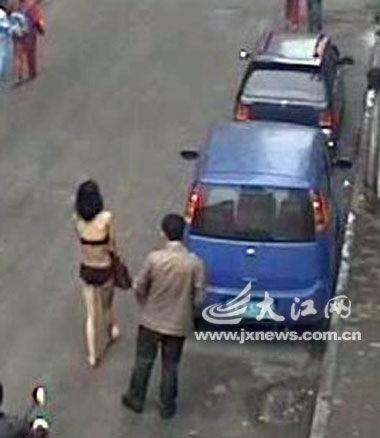 """2月25日,南昌豫章后街,吸毒男子一直""""监视""""着女子。"""