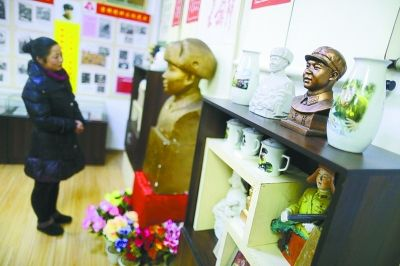 陈列馆展出了黄德宝收藏的上万件有关雷锋的纪念品。记者王翮 摄
