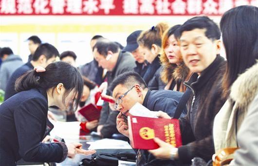 图为:在武汉市房产交易中心,市民办理二手房咨询、交易过户 (记者万多摄)