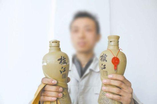 右边的酒瓶即为未开封的空瓶 记者杨闻名摄
