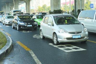 金桥大道匝道下行至黄浦大街,车辆只要从匝道驶到黄浦大街,所有车辆必须走过公交专用线,否则难于通行。记者金振强 摄