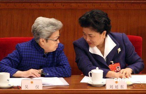 2008年3月5日,十一届全国人大一次会议在北京开幕,吴仪、刘延东在会上交谈