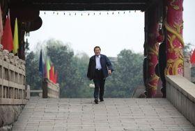 2008年10月30日清晨,吴仁宝在村中散步时从华西金塔门前走过。图/新华社