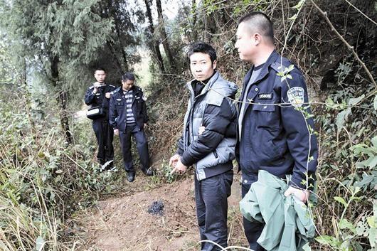 图为:民警带着罗继华指认掩埋银银的现场 本报首席驻站记者卢成汉 通讯员王敏