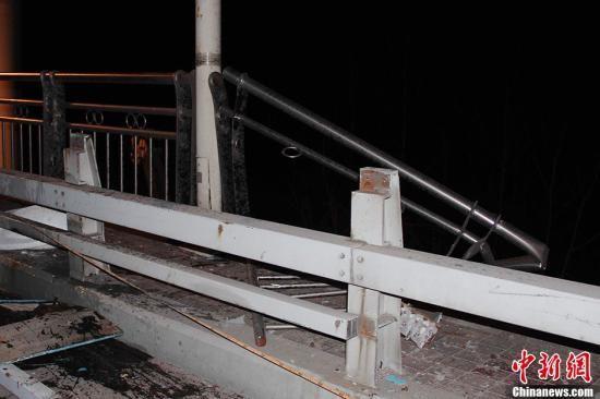 图为被事故车辆撞毁的大桥护栏。中新社发 吴奇勇 摄
