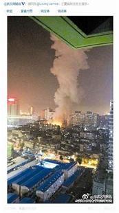 图为:网友远距离拍摄的爆炸后场面