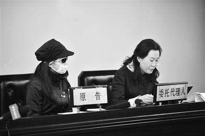 原告(左)坐在原告席上。昨日,女硕士因在网上征婚遭遇被骗,起诉征婚网站,要求撤销对方免责条款。通讯员 曹璐 摄