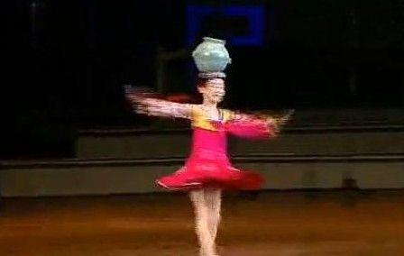 逆天朝鲜儿童开挂舞爆红 头顶水罐高速旋转