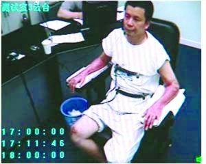 常林锋被控制后,侦查人员正在对常林锋进行心理测试。视频截图