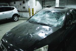 被砸坏的本田车。