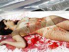 女子半裸躺入餐盘倡导素食主义