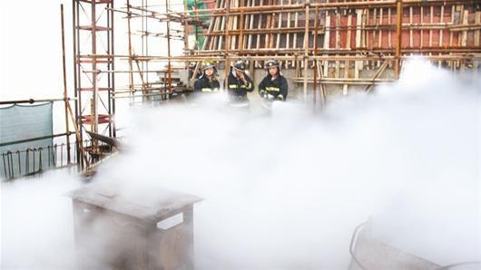 武汉一栋33层在建高楼楼顶起火