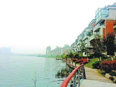 琴湾湖边洋房距湖面平均宽度不到10米,并且环湖建设的步道只供业主行走亲水。