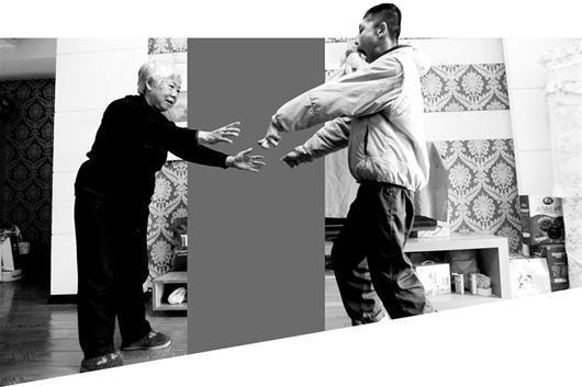 图为:为了迎向陈婆婆的怀抱,坚持锻炼的向勇终于学会了走路