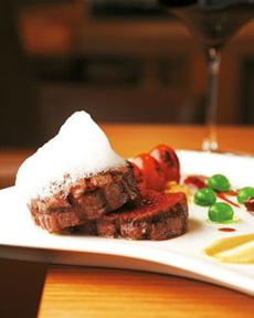 威斯汀扒房 专业评委点评:正品的西餐、高品质的牛扒、再配以风格独特的桌面装饰,整个餐厅低调而奢华的氛围为食客带来梦幻般的就餐体验。――程念 推荐菜品:肋眼牛排、牛里脊人均消费:350元