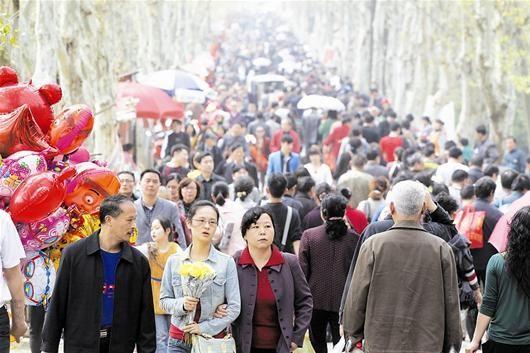 图为:石门峰陵园内人潮涌动 记者佟建国摄