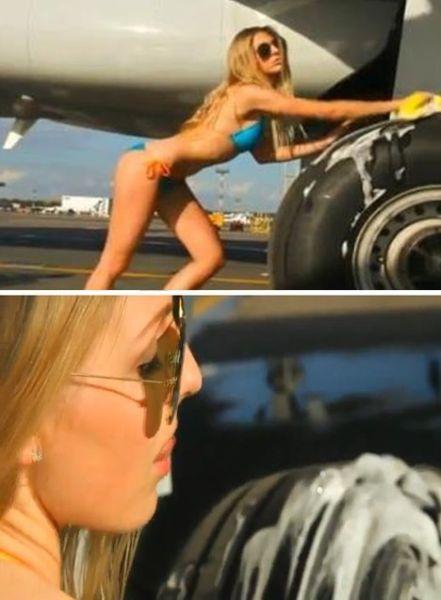 空姐摆出性感姿势