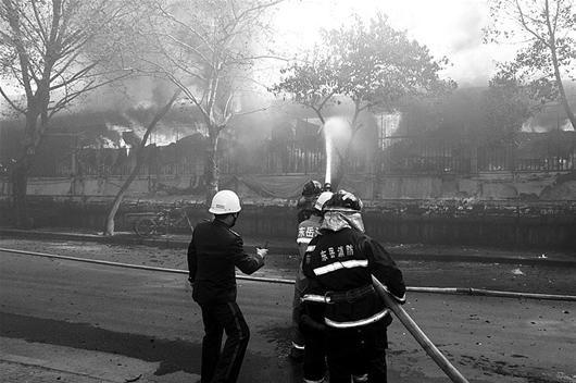 消防队员奋力扑救
