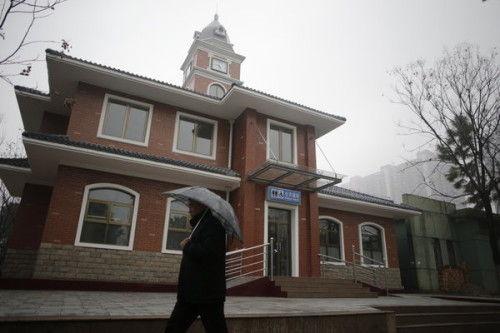 2013年2月4日,武汉市江夏区世纪广场上,一座外形气派装修豪华外形类似别墅钟楼般的公共厕所出现在市民眼前,然而该公厕建成后却一直锁着门,并未对外开放。