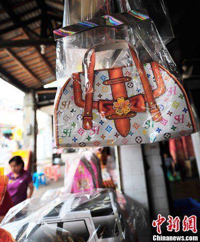 """图为正在出售的纸制的仿名牌""""包包""""。骆云飞 摄"""