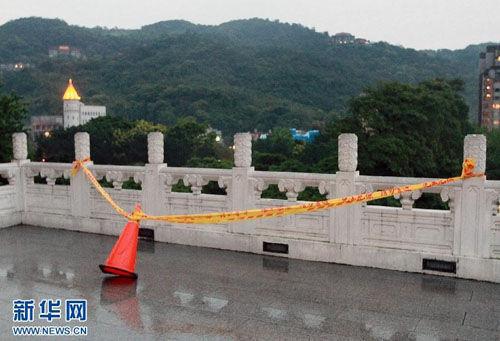 4月5日,台北故宫博物院内男子坠落处的栏杆拉起警戒线。