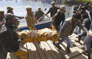 警察6日将女游客尸体搬上湖岸。 新华社