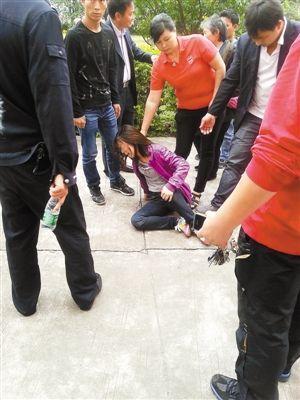 胡小姐深受伤害欲跳楼自杀。深圳晚报记者 王研 摄