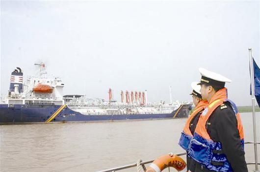 外轮满载化工原料抵达武汉港
