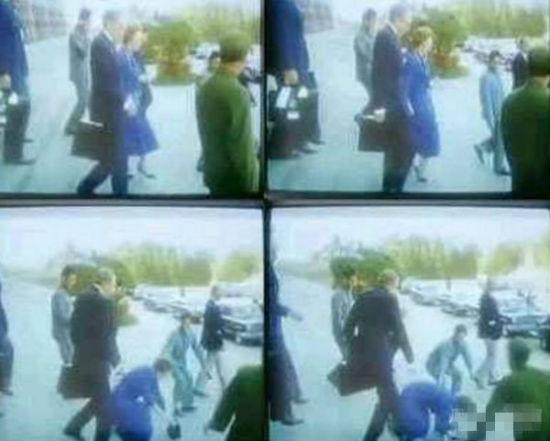 撒切尔夫人与邓小平谈判受挫,在人民大会堂前摔倒。(视频截图)