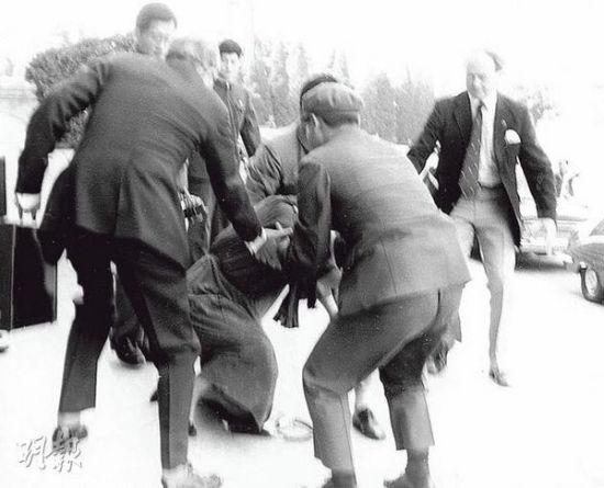 撒切尔夫人在人民大会堂前摔倒。(资料图)