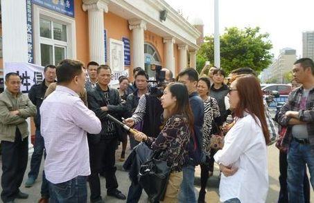 记者现场采访