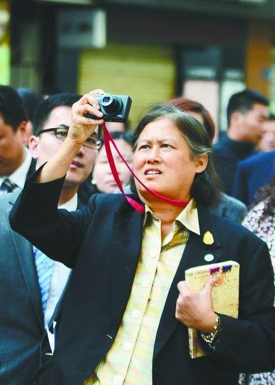 泰国公主诗琳通在江汉路,感受小说中描绘的武汉风情。记者金振强 摄
