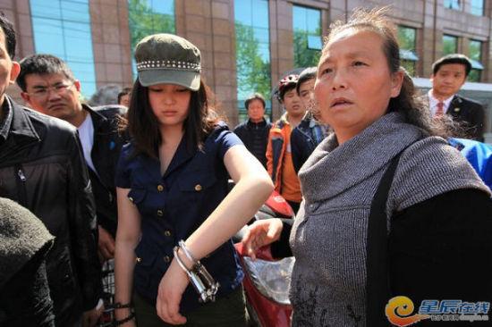 网贴《[群众呼声] 湖南妹子在武汉学雷锋被拷着打!湖南人顶起来!》贴出的事发时的照片。图片系网友马先生提供。