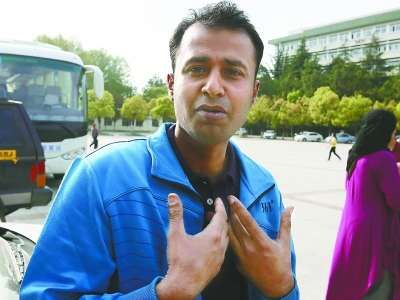 巴基斯坦留学生哈马德讲述救人经过。记者杨涛摄