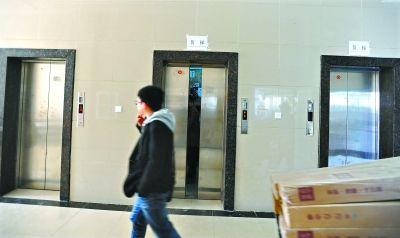 频出故障的光谷总部国际2号楼电梯 记者刘斌 摄