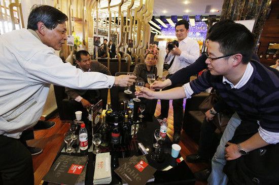 现场品尝各种进口葡萄酒