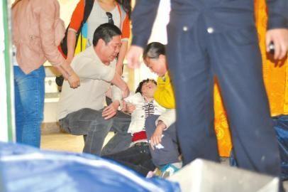 4月14日,在殡仪馆认子时,王子健的母亲当场晕厥。周瑜原摄