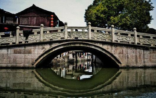 胜利桥,水乡古镇里比较少见的长桥,为石拱桥