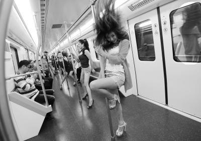 妙龄女武汉地铁大跳钢管舞