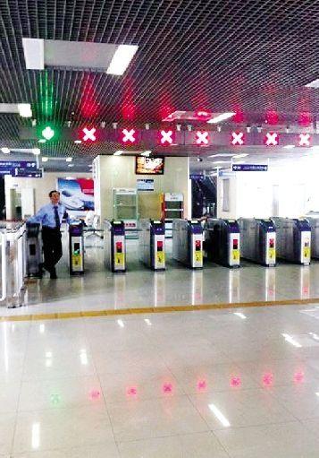 昨日上午10时左右,汉西一路轻轨站几无乘客。网友@小原syou-天上下钱钱 供图