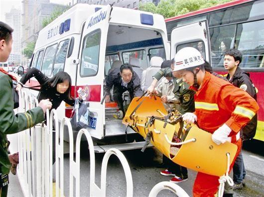 图为:消防员将小孩送上救护车