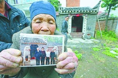 余太婆向记者展示被盗石狮的照片。
