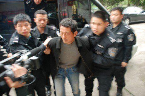 昨天下午,点军民警与特警队员将犯罪嫌疑人押解回点军公安分局。记者王献科 摄