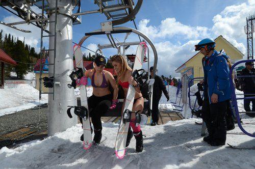 穿着比基尼的滑雪爱好者。