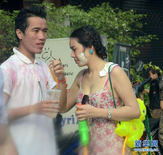 """实拍老挝泼水节上的""""湿身""""美女"""