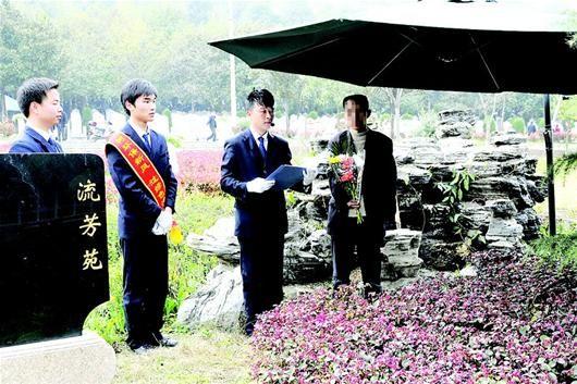 """一群90后武汉伢墓区当起""""落葬师"""""""