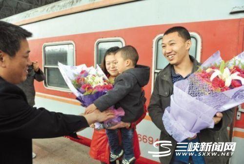张忠华(右一)回到宜昌受到热烈欢迎。