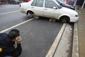 男子将轿车停小区门口 四个车轮被偷走