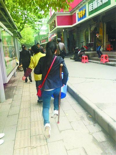拐杖女孩正在走路